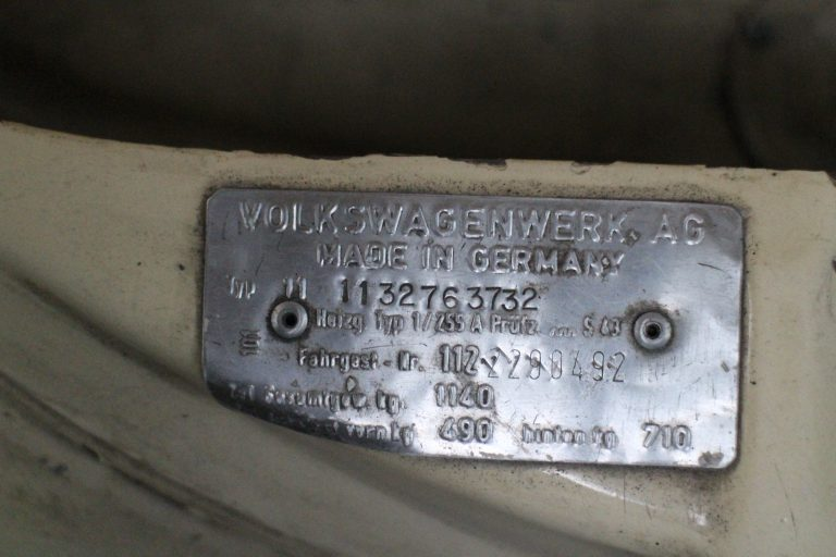 Volkswagenwerk AG tag showed two chassis numbers 113 2763 732 and 112 2290 492, which had slash marks.